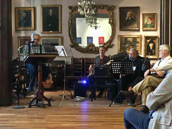 Tore Berger sjunger på konstnärsklubben